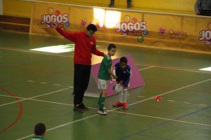jogos de oeiras crianças a jogar futsal