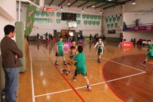 jogos de oeiras crianças a jogar basquetebol