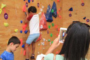 Jogos de Oeiras crianças e adultos a fazer escalada